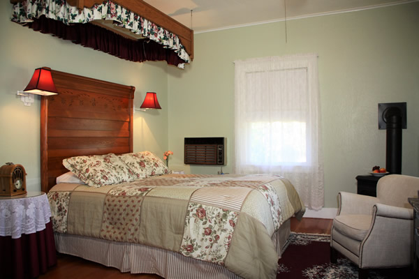 amador wine country hotel & restaurant - guestroom with bed and chair