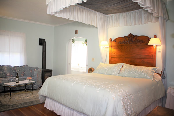 amador wine country hotel & restaurant - guestroom with bed and couch