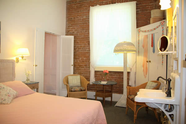 amador wine country hotel & restaurant - guestroom with bed and in room sink