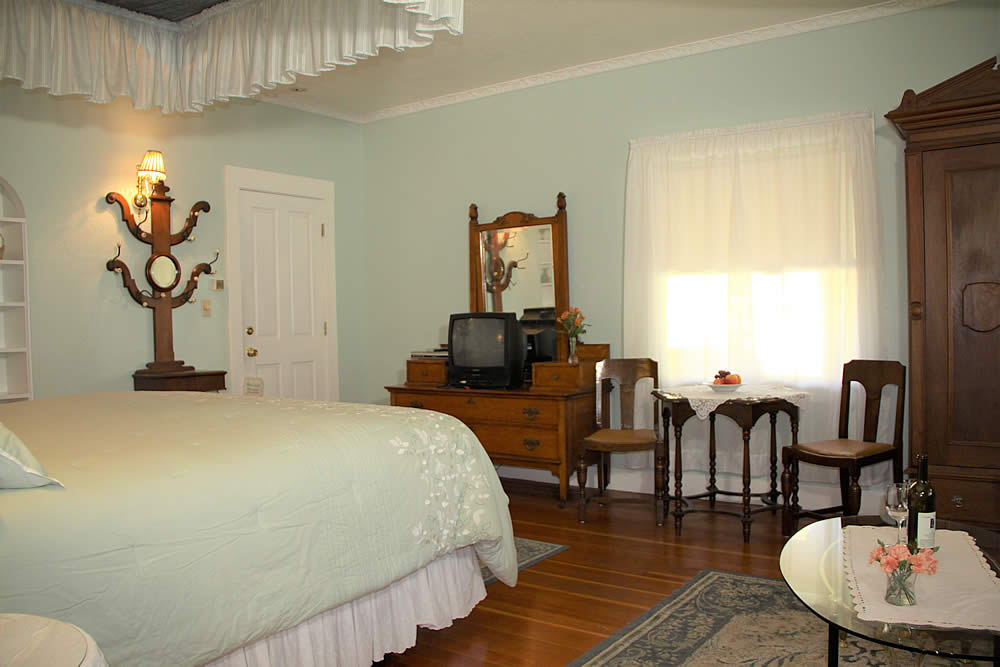 Amador Hotel Guest Room with bed and TV